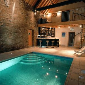 Kolam renang dalam rumah